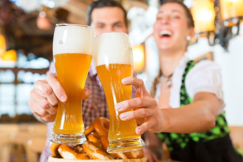 Trinkendes Weizenbier der Paare lizenzfreie stockfotos
