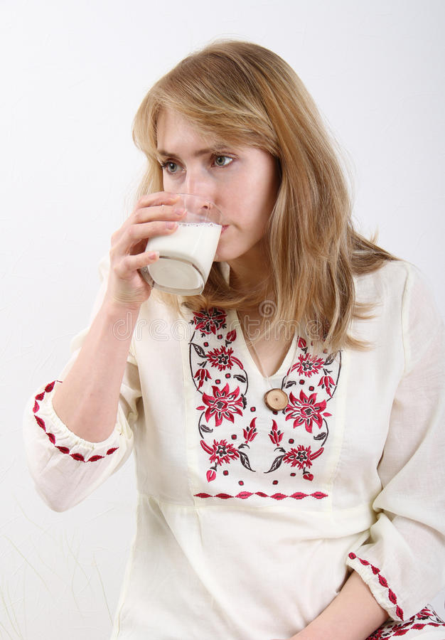 Trinkmilch der jungen Frau stockbild