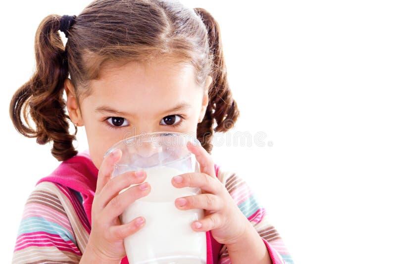 Trinkmilch des Kindes stockbild