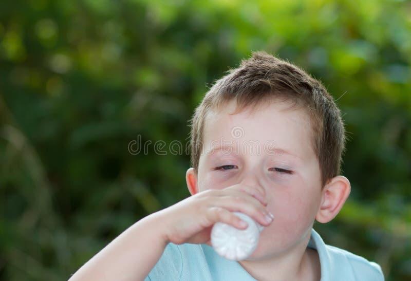 Download Trinkmilch Des Kleinen Jungen Von Einer Kleinen Weißen Flasche Stockfoto - Bild von lebensstil, blond: 26374620