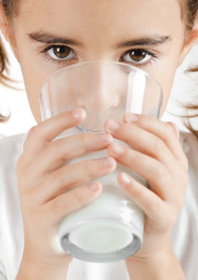 Trinkmilch des kleinen Mädchens stockbilder