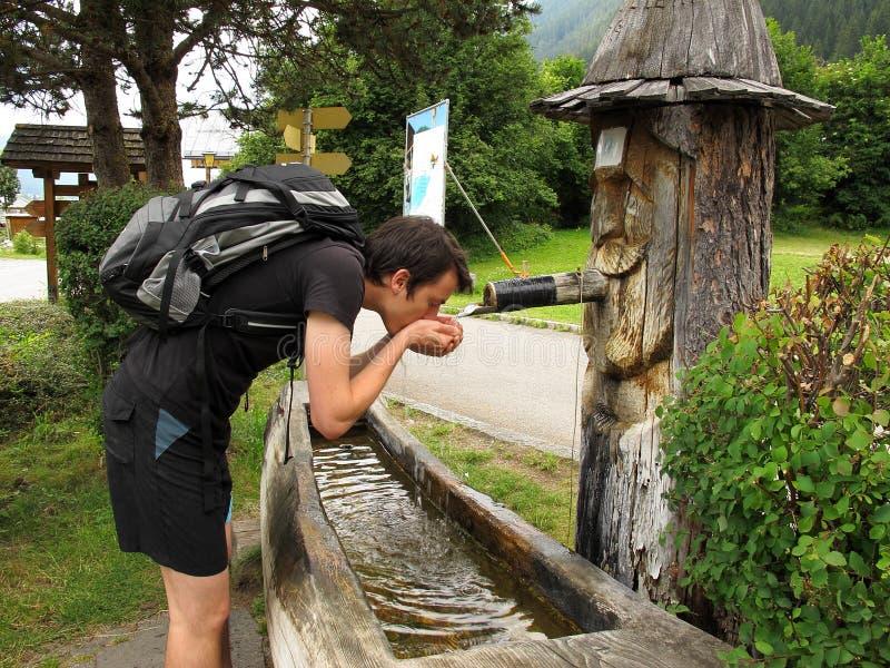Trinkwasser am Brunnen lizenzfreie stockfotos