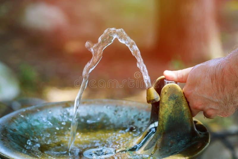 Trinkwasser, das von einem Wasserhahn läuft lizenzfreie stockfotos