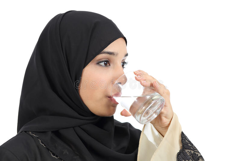 Trinkwasser der arabischen Frau von einem Glas stockfoto