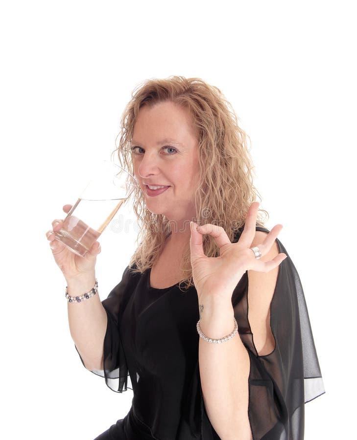 Trinkwasser der blonden Frau lizenzfreie stockbilder