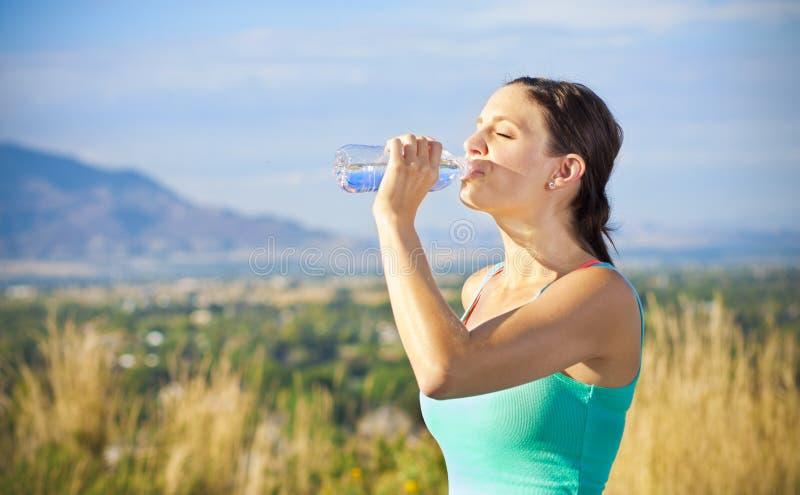 Trinkwasser der Eignungfrau nach Training stockbild