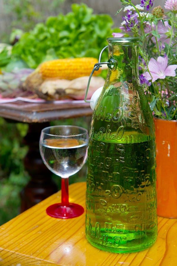 Trinkwasser in der Flasche mit Glas stockbilder