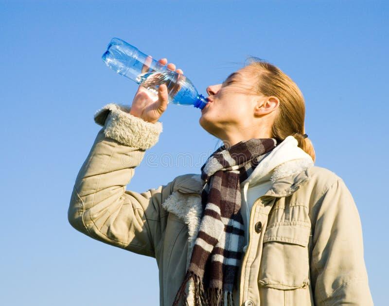 Trinkwasser der Frau stockbild
