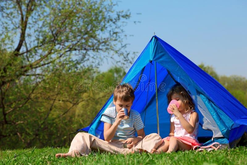 Trinkwasser der Kinder im Zelt stockbilder