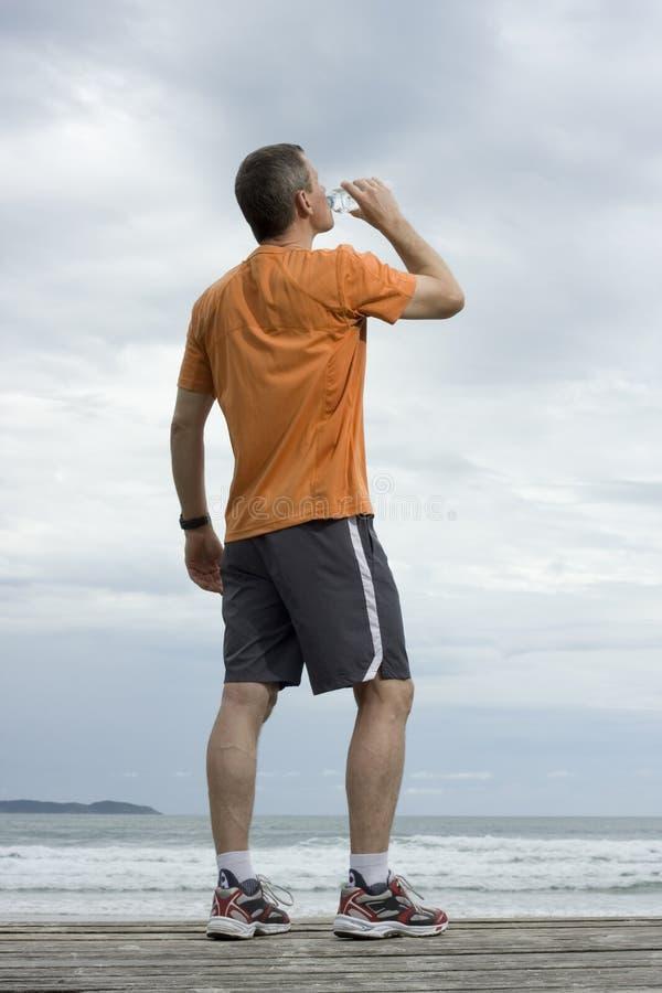 Trinkwasser des fälligen Athleten stockfoto