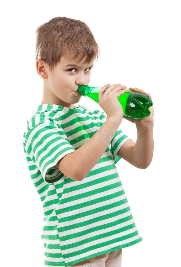 Trinkwasser des Jungen lizenzfreies stockfoto