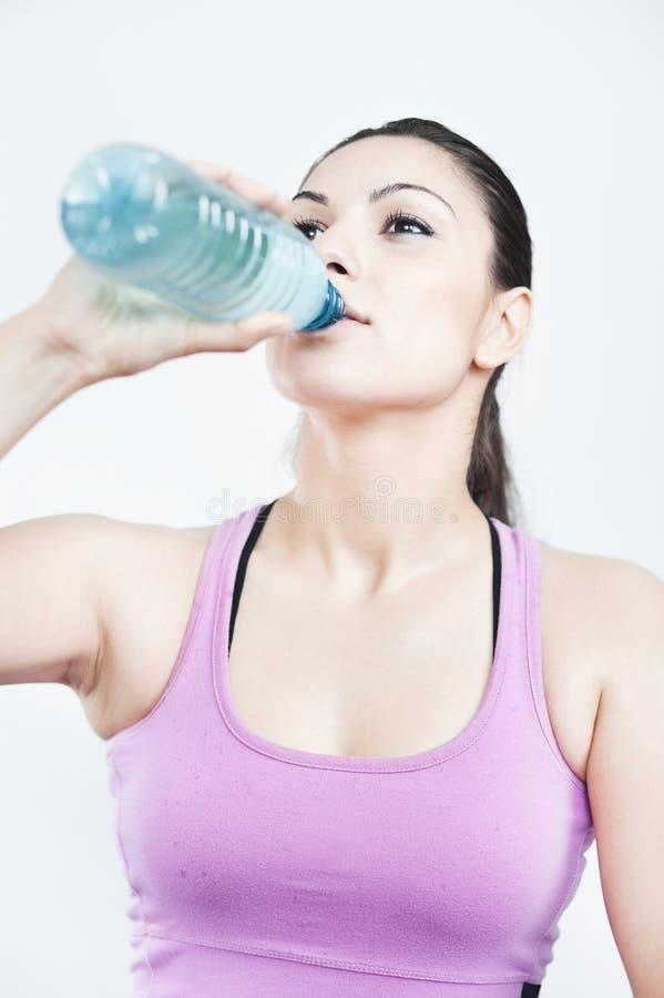 Trinkwasser des Mädchens lizenzfreie stockfotografie