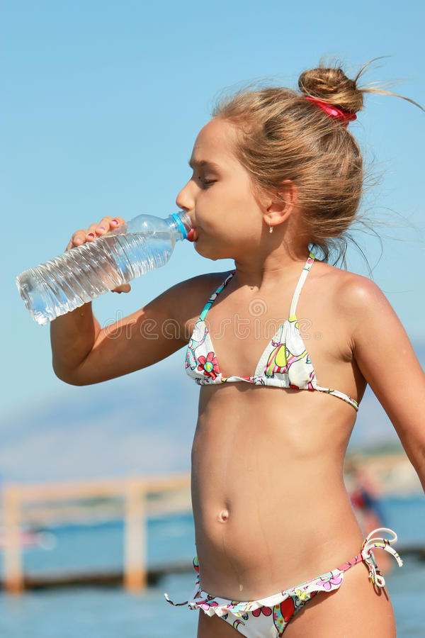 Trinkwasser des Mädchens lizenzfreies stockfoto