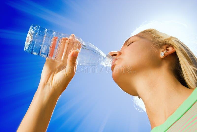 Trinkwasser des Mädchens stockfotografie