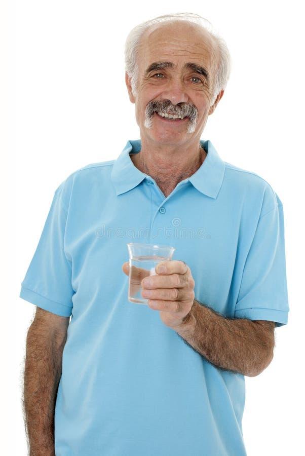 Trinkwasser des Pensionärs stockbild