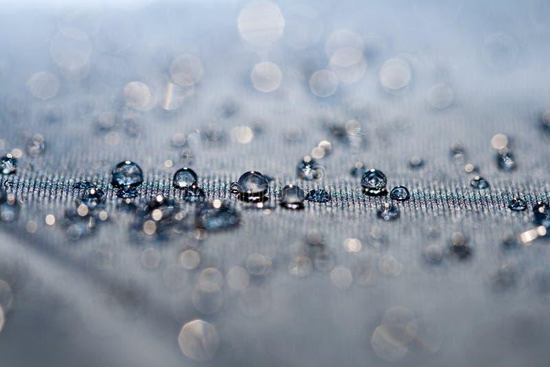 Trinkwasser lässt Makro fallen stockfoto