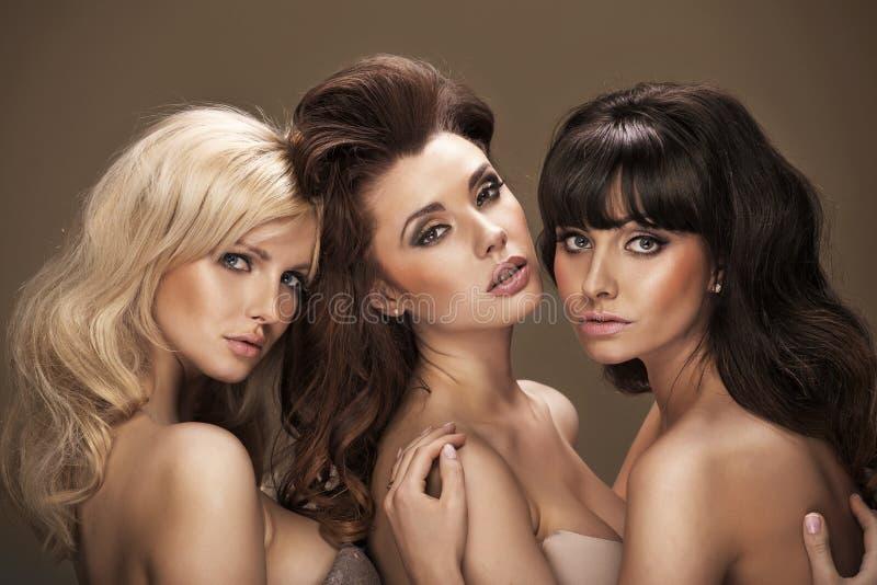 Trio av sinnliga unga kvinnor royaltyfria foton