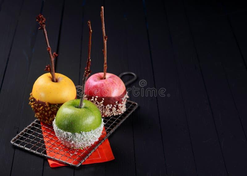 Trio de sobremesas coloridas da maçã de Dia das Bruxas imagens de stock