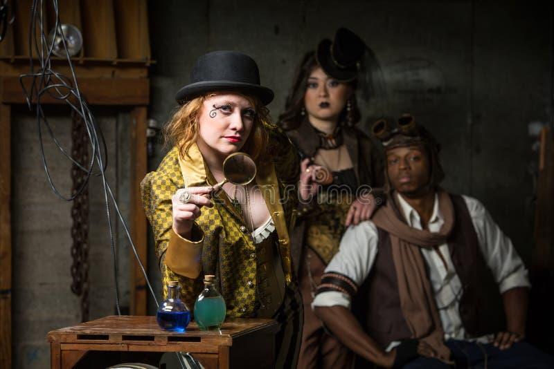 Trio de Steampunk avec dans le rétro laboratoire photo libre de droits