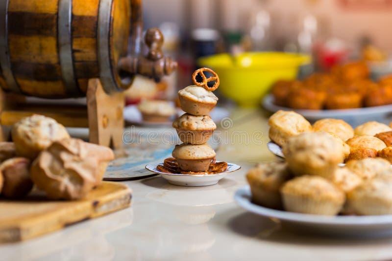 Trio dei muffin con una ciambellina salata sulla cima fotografia stock