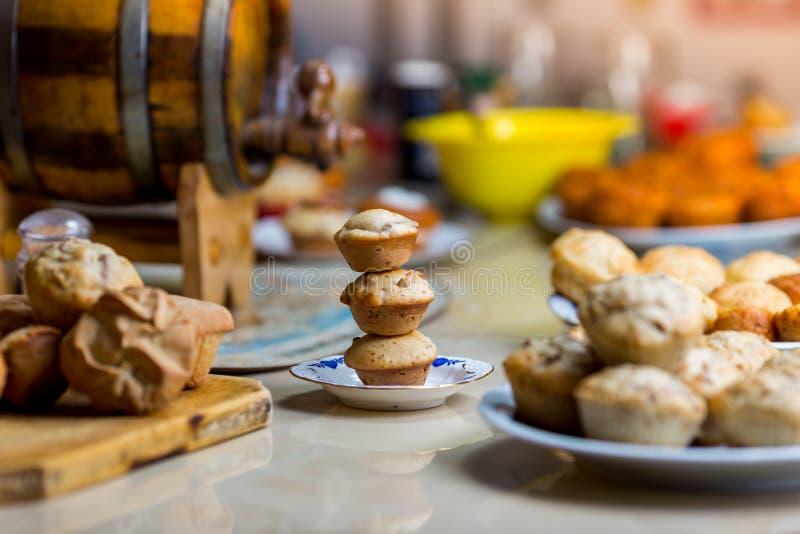 Trio dei muffin su un piatto immagine stock