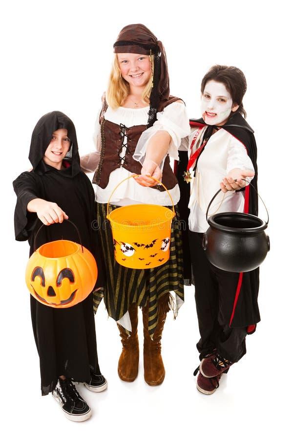 Trio der Kinder auf Halloween stockfotografie