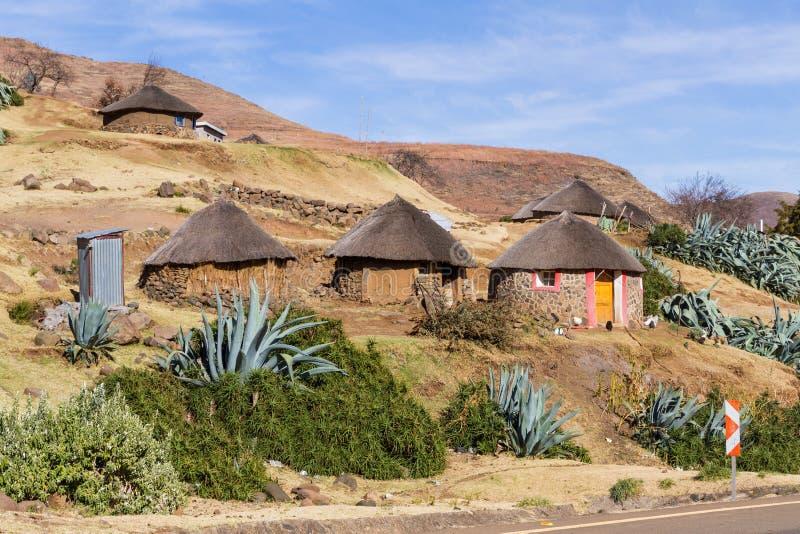 Trio des huttes de Basotho image stock