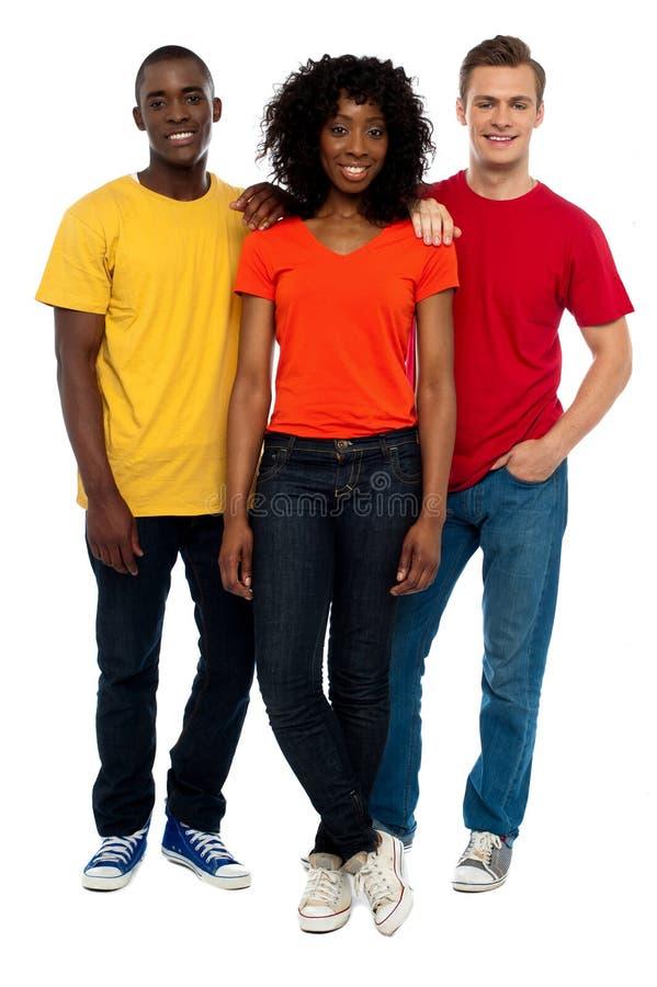 Trio dos amigos novos ocasionais que levantam no estilo imagem de stock