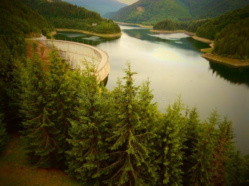 Trio: represa, floresta e montains em Romênia imagens de stock