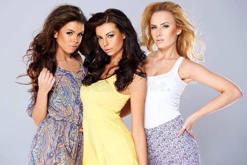 Trio sedutor bonito das jovens mulheres imagens de stock