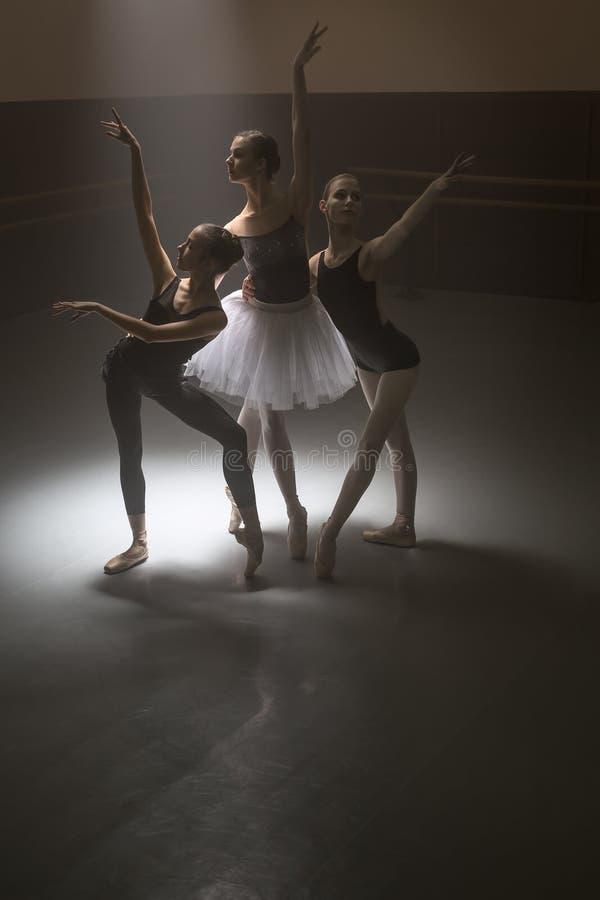 Trio van balletdansers stock afbeeldingen