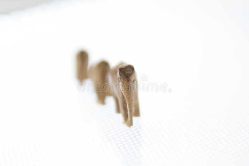 Trio von den hölzernen Elefanten, die in eine Linie gehen lizenzfreie stockfotografie