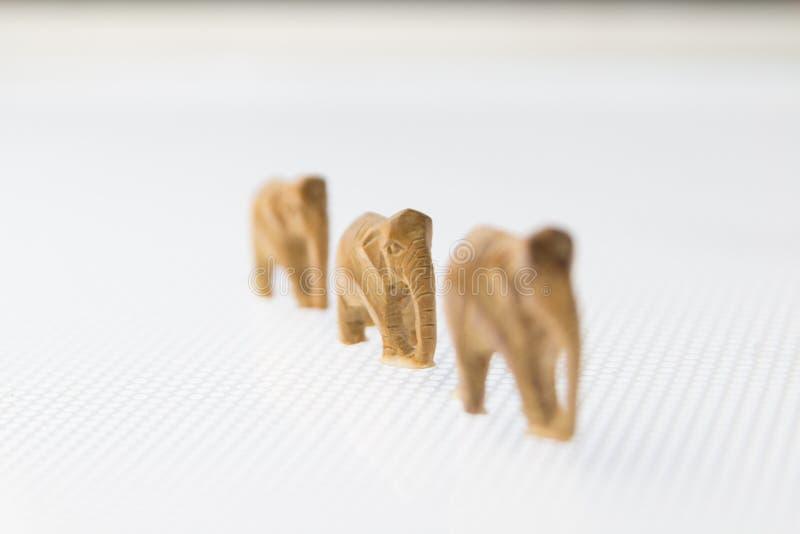 Trio von den hölzernen Elefanten, die in eine Linie gehen lizenzfreies stockfoto