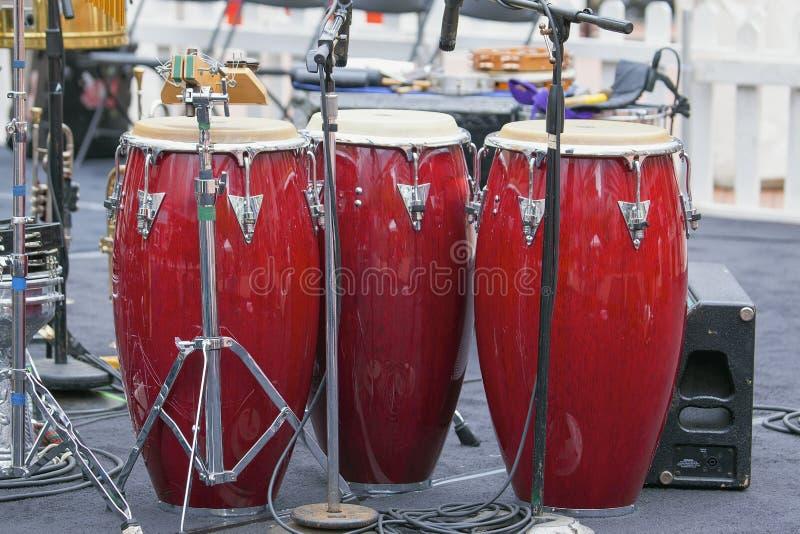 Trio von roten Conga-Trommeln lizenzfreie stockfotos