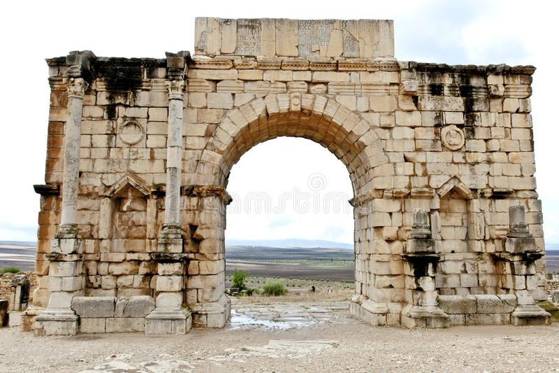Triomfantelijke boog bij ruïnes van de roman stad Volubilis in Marokko stock fotografie
