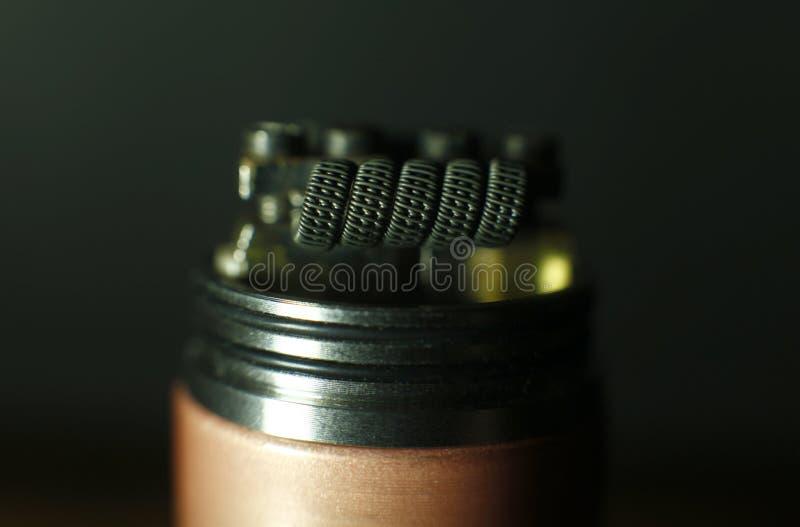 Triplichi la configurazione fusa della bobina del clapton nel vaping l'atomizzatore rebuildable della sgocciolatura immagini stock libere da diritti