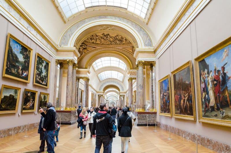 Trippers i besöket av Louvremuseet royaltyfri foto
