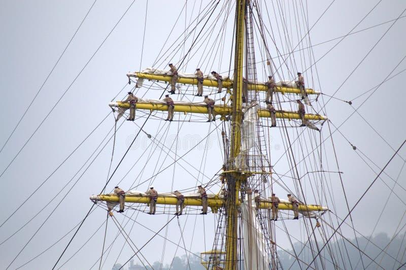 Tripulación de barco ascendente encima de palos fotos de archivo libres de regalías