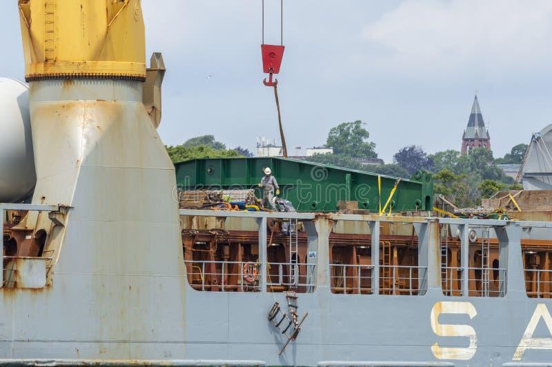 Tripulantes que trabajan en la cubierta del buque de carga Annemieke que descarga en New Bedford imagen de archivo libre de regalías