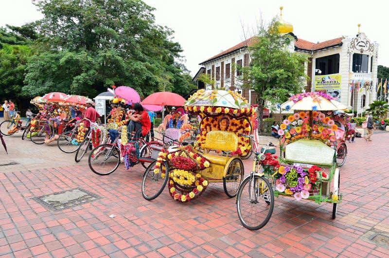 Trishaw dekorował z kolorowym kwiatem zdjęcia royalty free