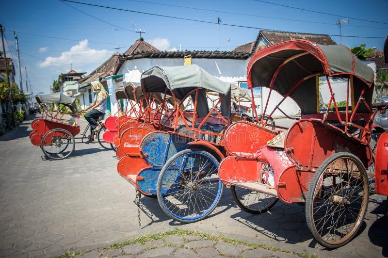 Trishaws en la calle de Surakarta, Indonesia foto de archivo libre de regalías