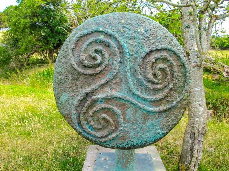 Triskele celtico antico o simbolo a spirale triplo in bronzo fotografia stock libera da diritti