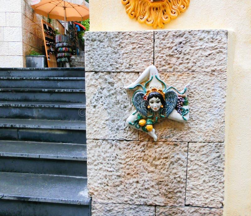 Triskelion - motief in de vlag van Taormina wordt, op één de muren, het eiland van Sicilië, Italië wordt gevonden gebruikt dat stock foto
