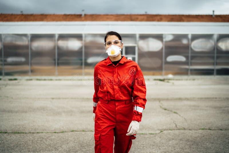 Triste ambulancière en uniforme devant l'hôpital d'isolement Médecin d'urgence dans la peur et le stress psychologique image stock