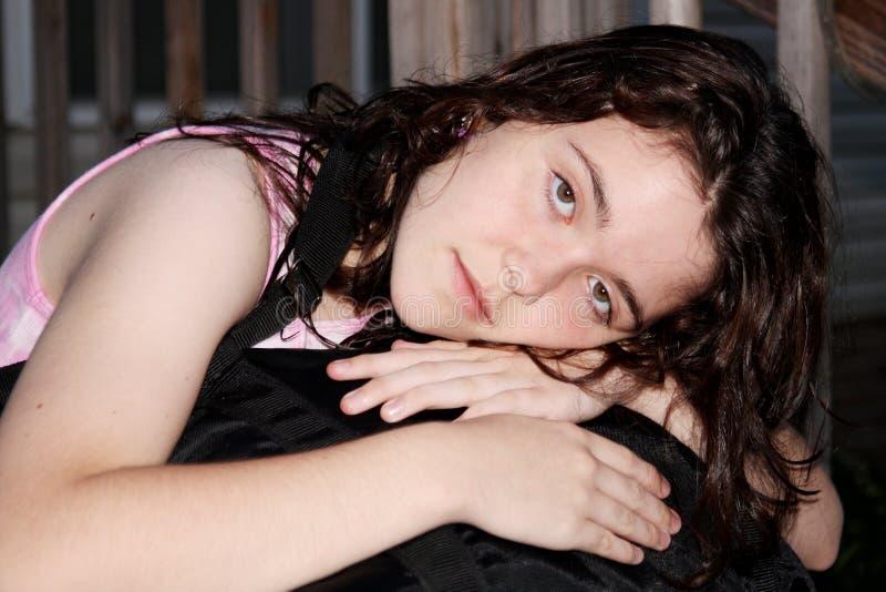 Triste deprimido da menina adolescente com caixa do terno fotos de stock