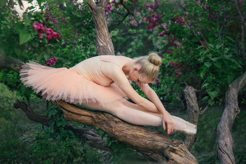 Triste e depresso nel ballerino di balletto della giovane donna immagini stock libere da diritti