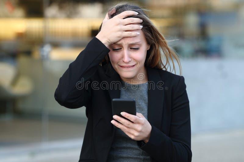 Triste executivo reclamando verificando o smartphone foto de stock