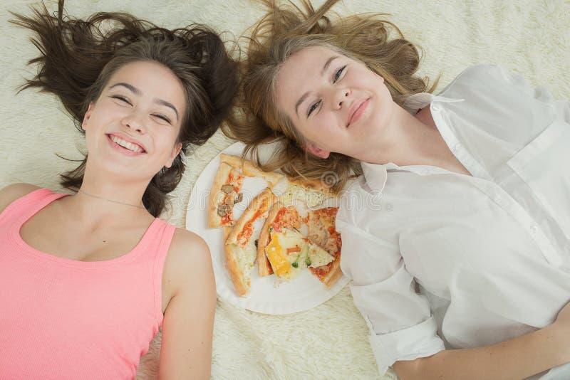 Triste mangia troppo la menzogne delle ragazze fotografie stock libere da diritti