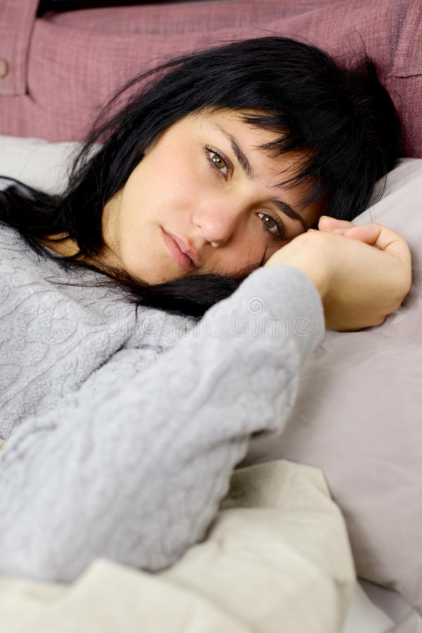 Tristesse dans le lit pendant le matin photo stock
