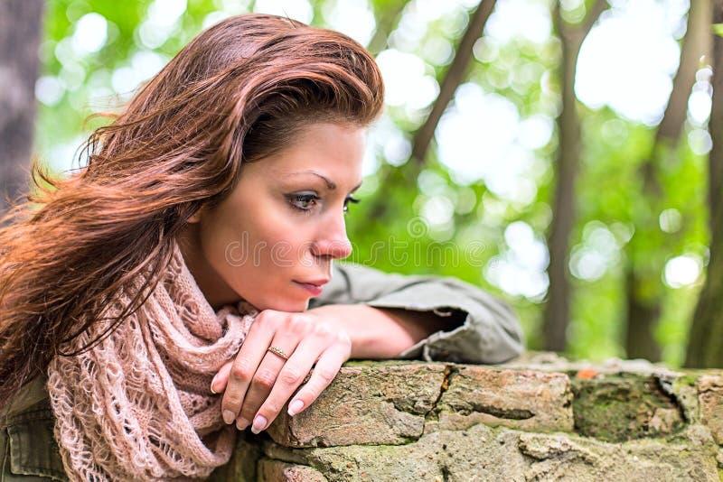 Tristesse de femme de parc photos stock